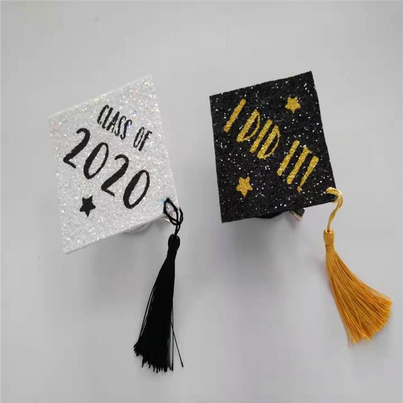 違い色キラキラ卒業パーティーハットと白い卒業生キャップ